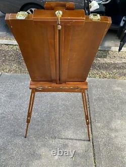 Vintage Tripod Folding French Wooden Easel. In very Good Condition