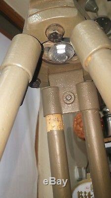 Ancien Trépied Militaire Pour Réflecteur Et Lampadaire. Design Industriel Vintage De Loft