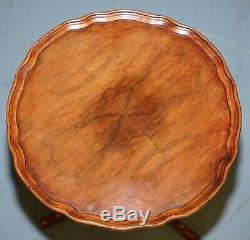 Belle Vintage Walnut Pie Crust Bord Trépied De La Lampe À Vin Fin Table De La Troisième Étape