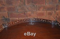 Table Croûte Vintage Tri-pod En Acajou Avec Galerie En Bois Surélevé
