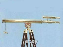 Télescope Antique Vintage 39 Avec Le Stand De Trépied Observant Le Spyglass En Laiton