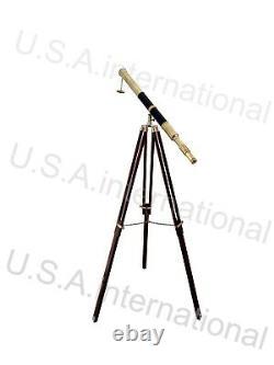 Télescope De Conception De Cru Nautique Avec Le Stand De Trépied Observant L'article En Laiton De Spyglass