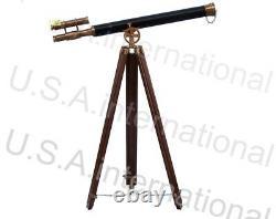 Télescope De Cru De Laiton Nautique Avec Le Stand De Trépied Observant Le Spyglass En Laiton