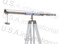 Télescope Nautique De Conception De Cru Avec Le Stand De Trépied Observant L'article En Laiton De Spyglass