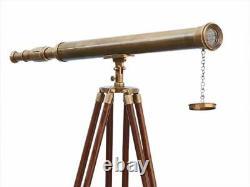 Télescope Nautique De Conception Nautique De Cru Avec Le Support De Trépied Observant Le Laiton