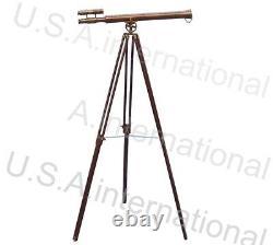 Télescope Nautique De Cru Avec Le Stand De Trépied Observant L'article En Laiton De Spyglass
