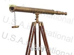 Télescope Unique De Laiton De Baril De Cru Avec Le Stand Brun En Bois De Trépied