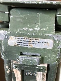 Trépied D'arpentage Militaire Et Poteau Excentré Vintage En Bois, Vert
